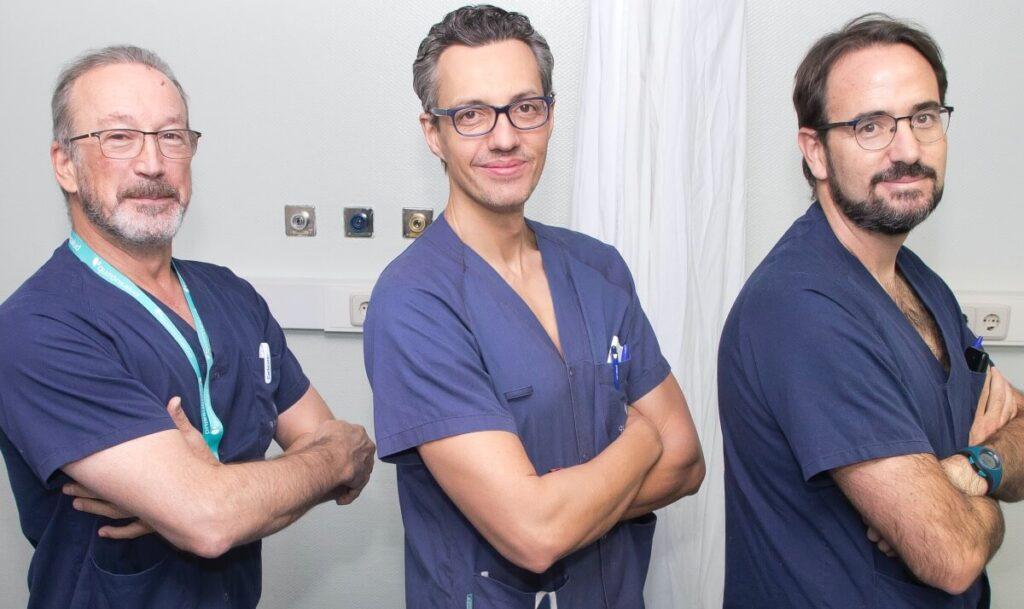 Dr. Alfonso Vidal con profesionales médicos de su equipo en la Unidad del Dolor